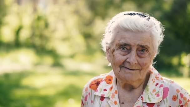 Großmutter. Porträt einer hundertjährigen Großmutter