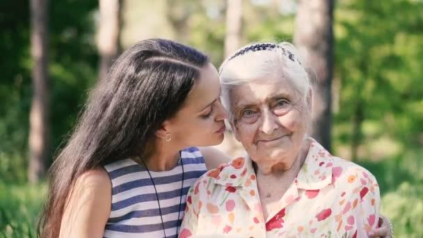 Babička a vnučka. Babička a vnučka se procházejí v parku