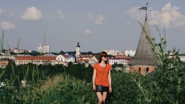 Reise. Das Mädchen geht in der Nähe der alten Burg spazieren. kamenetz-podolsky. Ukraine.