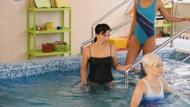 Watsu. Az irány az alternatív gyógyászat, a forma a terápia meleg vízben. Watsu csoportos foglalkozás