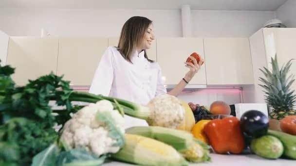 Küche und Essen. eine Frau hält Pfeffer in ihren Händen.