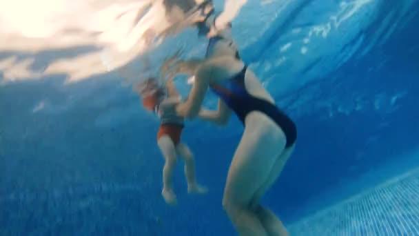 Bazén. Máma se potopila s dítětem pod bazénem.