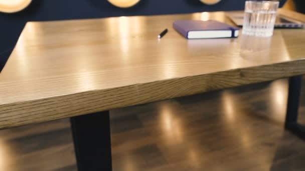 Bútorok. Irodai fa asztal, amely egy laptop.