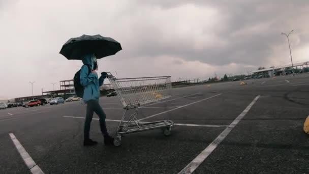 Nákupní košík. Žena v lékařské masce nosí nákupní vozík..