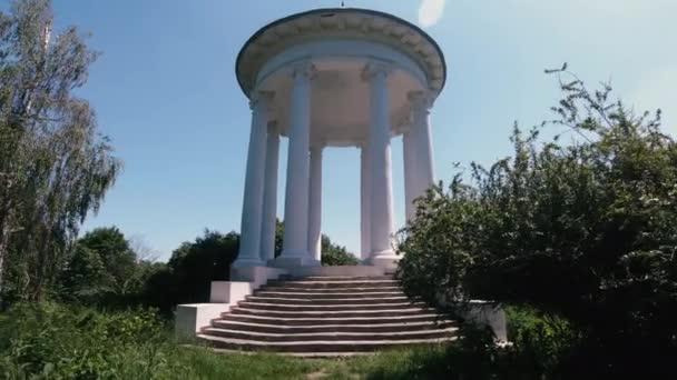 Rotunda. Architektonická kulatá konstrukce s bílými sloupy.