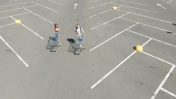 Bevásárlókocsi. Egy férfi és egy nő bevásárlókocsival a boltba mennek lepárlásra..