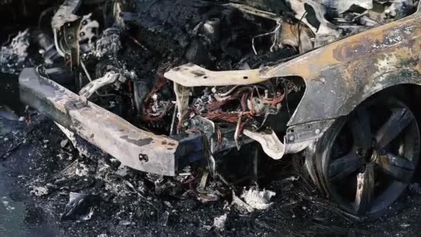 Auto. Vyhořelá auta po požáru.