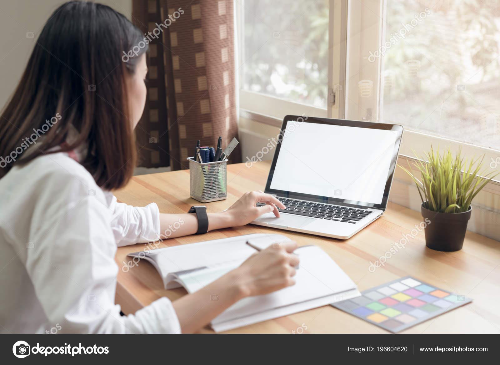 Femme affaires bureau chemise décontractée utiliser ordinateur pour