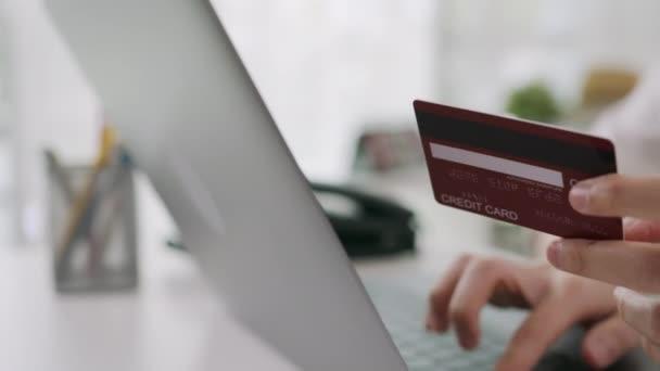 žena v ležérní oblečení držící kreditní kartu a pomocí digitálního notebooku s nákupy on-line