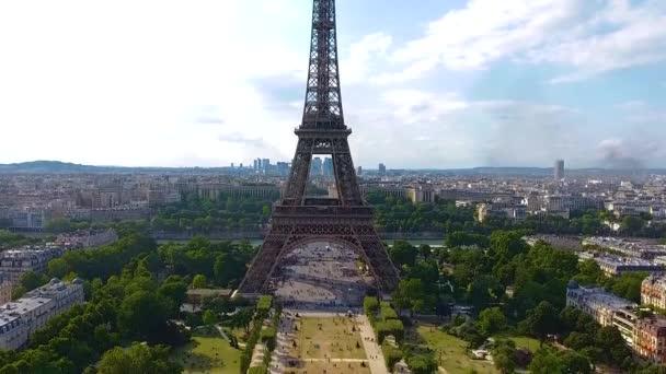Paříž, Francie. Detailní záběr Eiffelovy věže na dronu z výšky