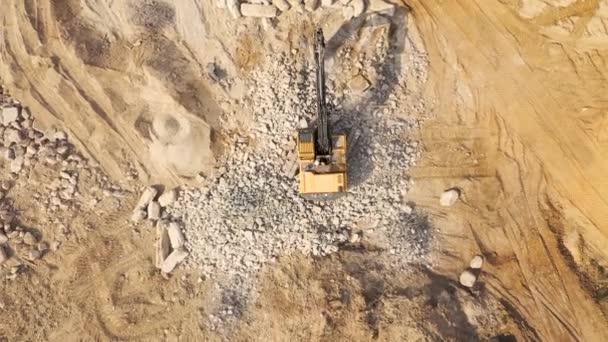 průmyslové rypadlo pracuje na staveništi letecké dron zobrazení