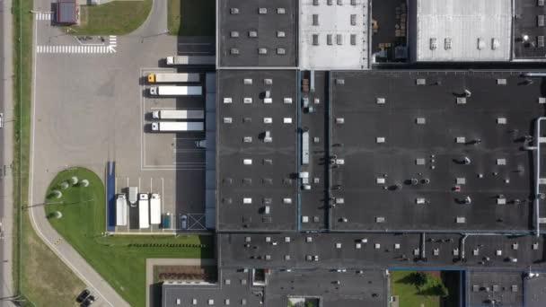A légi felvétel a teherautó berakodás vár a logisztikai raktár