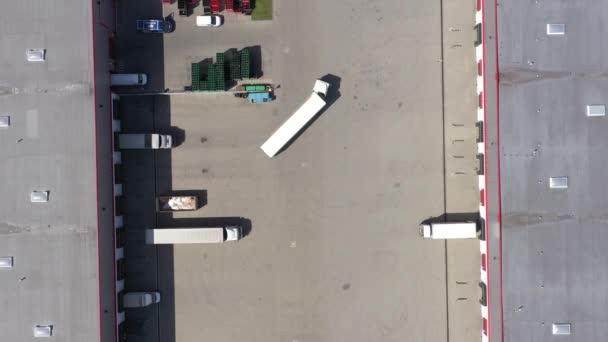 Nákladní automobil logistický střed Vzdušný záběr průmyslové sklady nakládací plošiny