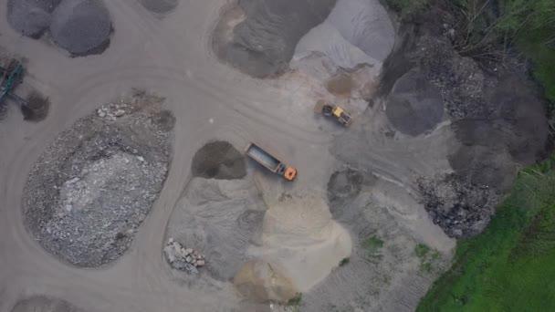 Baggerlader mit Bagger arbeitet. Luftaufnahme