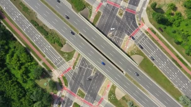 Anténa dálnic s auty a kamionama pohybující se vzdušný výhled 4k. Čtyřproudová vozidla pro silniční dopravu s oběma směry ptačí oko shora