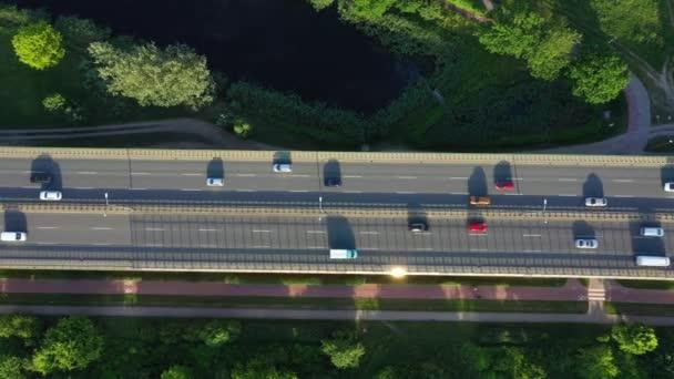 Letecký pohled shora dolů o dopravní zácpě na auto most a jedoucího vlaku. 4k video