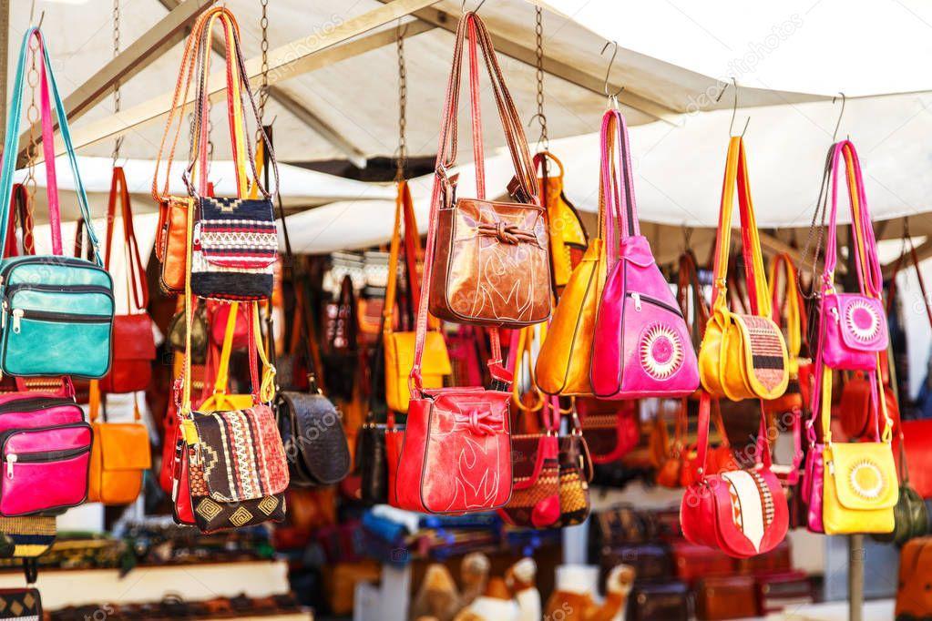 для кого фото сумок на рынках туниса окно магазина сломленное