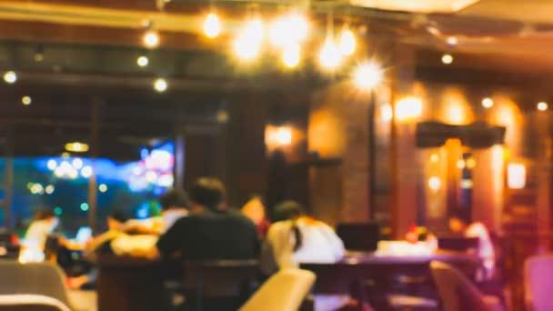 4K rozmazané mezinárodní seskupení studentů čtení a vzít domácí úkol na vintage kavárna v noci