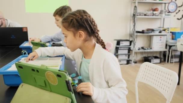 E-Learning oktatási osztály gyerekeknek intelligens fiúk és lányok Front View lassított
