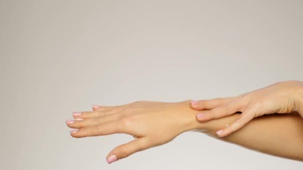 Oldalnézetből fiatal női kezek simogatta a lágy bőr lassú mozgás