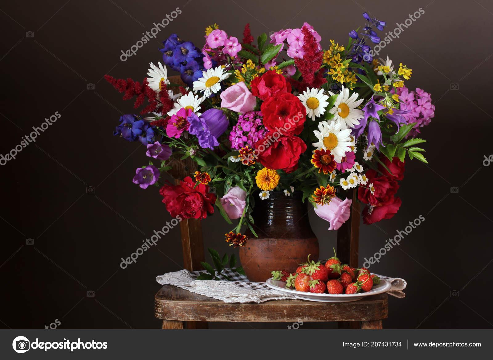 Blumenstrauß Kultivierten Garten Einen Krug Auf Einen Stuhl Und
