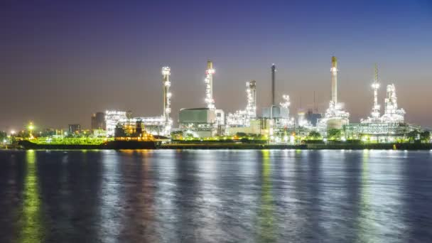 rafinérie ropy průmyslu a námořní dopravy pohybující se odraz na řece chaopraya v časných ranních hodinách pod barevnou oblohou východu slunce se nachází v Bangkoku Thajsko