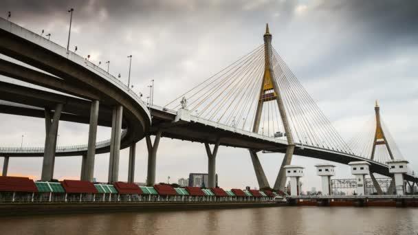 most přes řeku pod oblačným polohou Bangkok Thajsko