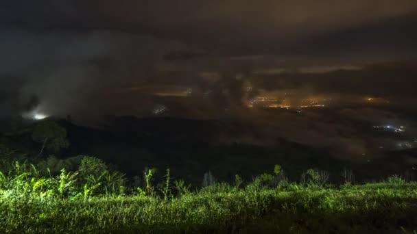 felhős ködös táj kilátás a hegy felett