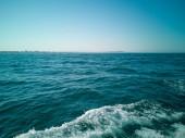 modré moře s vlnami pozadím
