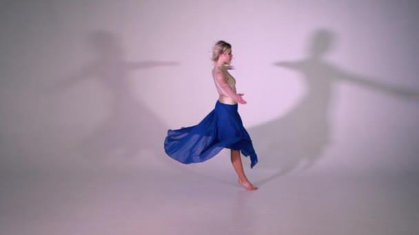 Yound blond dívka tančí balet pirueta zpomalené