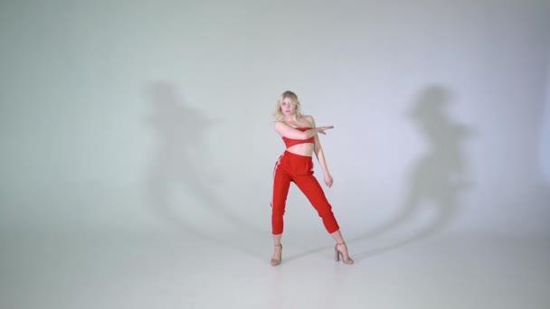 Fiatal lány tánc jazz funk, lassítva