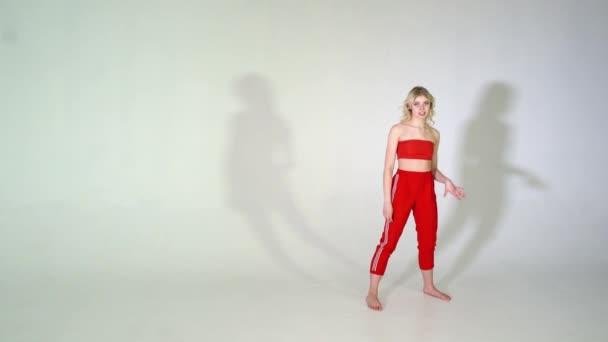 4k - junges sexy Partygirl tanzt mit Wind im Haar isoliert