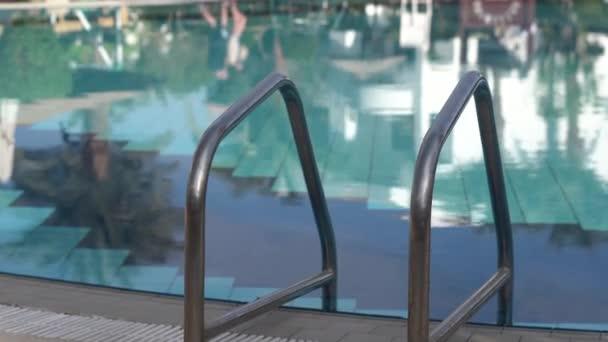 Zavřete záběr rukojetí ze schodů do bazénu