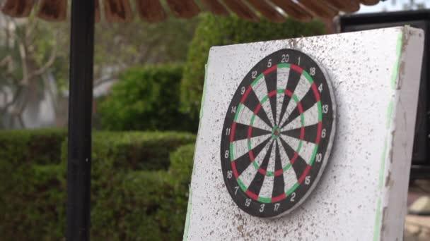 A DART találat a darts lassítva, és kiüti 7 pont.