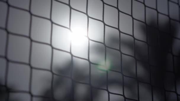 Volejbalová síť na pláži blízko dlaně tři v pomalém pohybu.