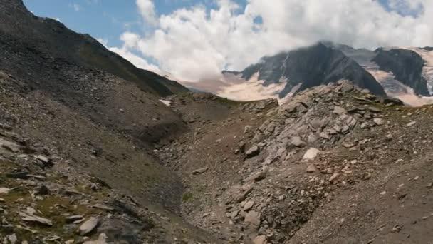 4k-sněhové vrcholy Skalnatých hor pod mraky v létě, letecká akce