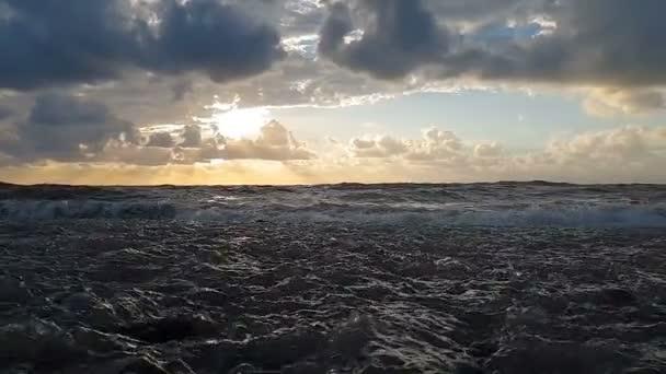 Viharos tengeri strand bolyhos címerek a Fekete-tenger egy felhős napon slo-Mo