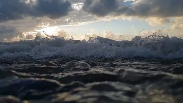 Fröccsenő tengerpart strormy hullámok a Fekete-tenger egy ködös nap slo-Mo