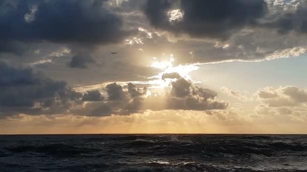 Ijesztő tengerpart viharos hullámok a Fekete-tenger egy sötét nap slo-Mo