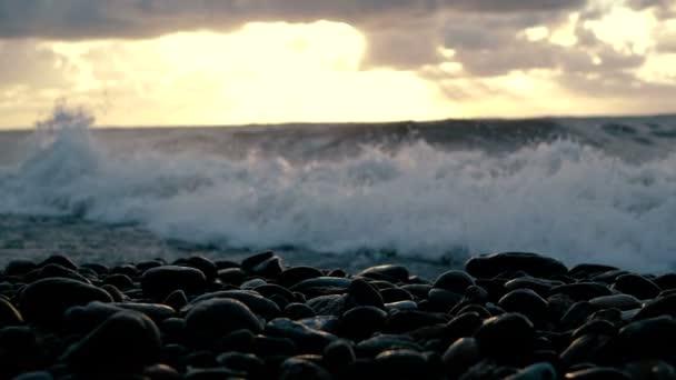 Hlučné Černé moře s bouřními vlnami při nádherným slunci v létě v roce.