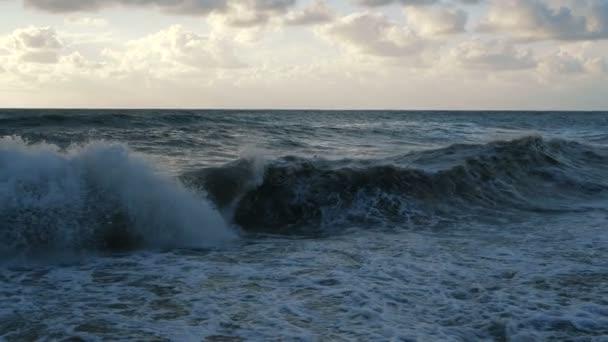 Násilné Černé moře s prudkými vlnami při západu slunce v létě v slo-mo