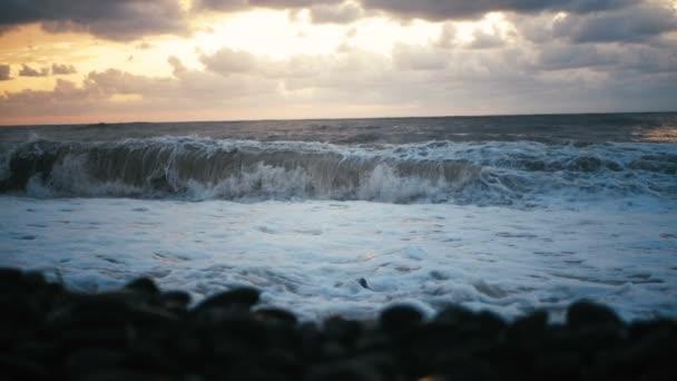 Baljós tenger partján, magasztos hullámok és sötét felhős égbolt Grúziában slo-Mo