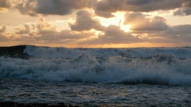 Rowdy Sea Beach fröccsenő hullámok és homályos zavaros naplemente Grúziában slo-Mo