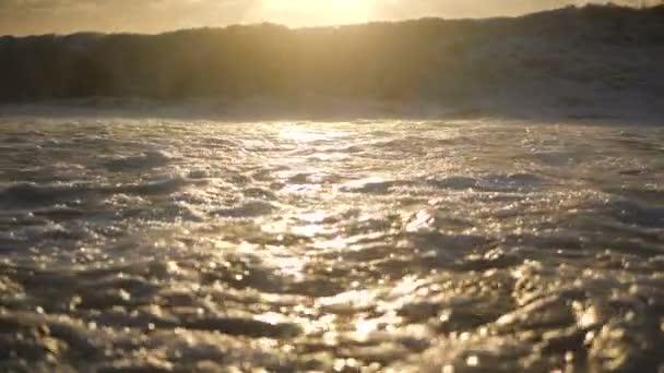 Bouřené Černé moře na malebném slunci v létě v pomalém pohybu.