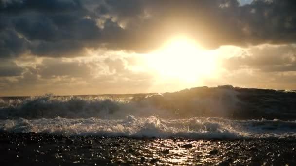 A durva Fekete-tenger sötét kövek a durva naplementét nyáron lassítva.