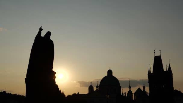 4k-Silueta památníku na Karlově mostě a katedrál, pomalý pohyb