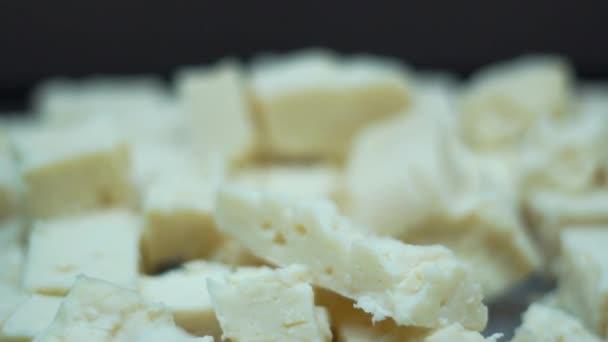 Sýr nakrájejte na plátky v misce na bufetu v pomalém pohybu