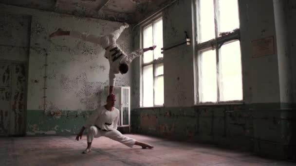 Csodálatos akrobaták és az egyensúly a kezét.