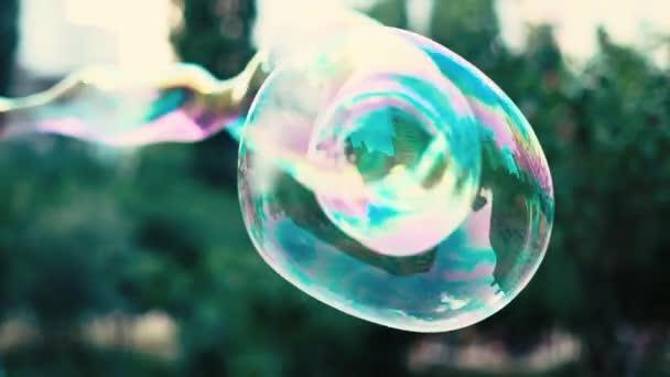 Vytváření velkých mýdlové bubliny odrážející budovy v pomalém pohybu
