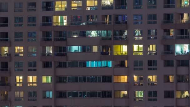 Glühende Fenster von Wolkenkratzern im Zeitraffer